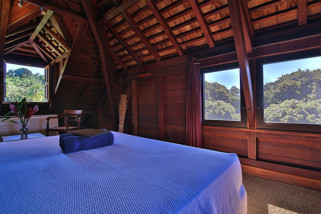 Les chambres de la maison coloniale de l'hôtel Jardin Malanga en Guadeloupe avec une splendide vue sur les Saintes