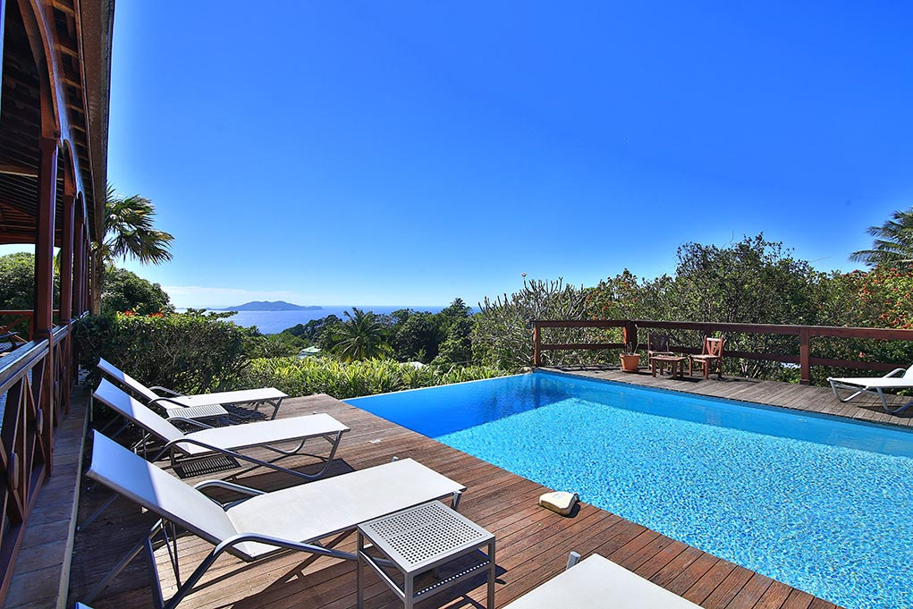 La piscine de l'hôtel Jardin Malanga en Guadeloupe surplombant les Saintes